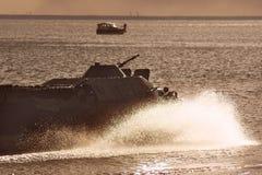 Ο στρατιωτικός εξοπλισμός στην επίδειξη, η δεξαμενή οδηγά στο νερό, παφλασμοί νερού στοκ φωτογραφίες