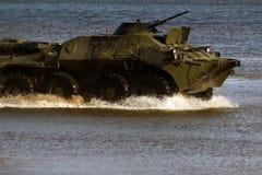 Ο στρατιωτικός εξοπλισμός στην επίδειξη, η δεξαμενή οδηγά στο νερό, που διασκορπίζει τους παφλασμούς νερού στοκ εικόνες