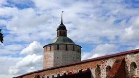 Ο στρατιωτικός ιστορικός πύργος επιφυλακής συνδέει τους δύο διατηρώντας τοίχους του παλαιού φρουρίου απόθεμα βίντεο