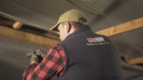 Ο στρατιωτικός με ένα πυροβόλο όπλο και κάνει ένα διαφορετικό είδος προσώπου απόθεμα βίντεο