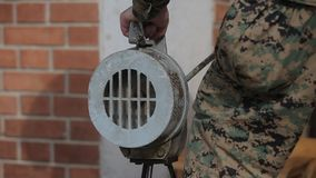 Ο στρατιώτης δίνει το σήμα συναγερμών φιλμ μικρού μήκους