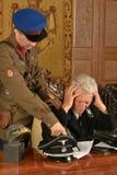 Ο στρατιώτης απείλησε στρατιωτικό ώριμο γενικό Στοκ φωτογραφίες με δικαίωμα ελεύθερης χρήσης