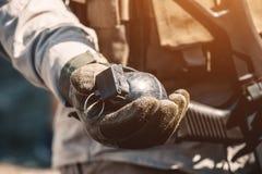 Ο στρατιώτης κρατά στο χέρι του μια χειροβομβίδα κατάρτισης περνώντας τις στρατιωτικές ασκήσεις στοκ φωτογραφία με δικαίωμα ελεύθερης χρήσης