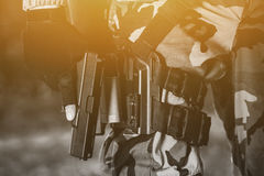 Ο στρατιώτης με ένα πυροβόλο όπλο στα χέρια του και είναι ντυμένος στην περίπολο κάλυψης στην περιοχή Στοκ Φωτογραφία