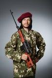 Ο στρατιώτης με το περίστροφο ενάντια σε γκρίζο Στοκ εικόνα με δικαίωμα ελεύθερης χρήσης