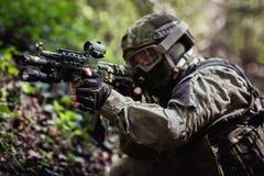 Ο στρατιώτης παίρνει το στόχο στο δάσος στοκ εικόνες με δικαίωμα ελεύθερης χρήσης