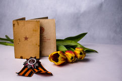 Ο στρατός κρατά τη διαταγή, την κορδέλλα του ST George και τις χρωματισμένες τουλίπες Στοκ Φωτογραφίες