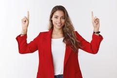 Ο στόχος κοριτσιών παίρνει τη τοπ θέση Μόνος-σίγουρος καθορισμένος πανέμορφος θηλυκός επιχειρηματίας 25s που φορά το κόκκινο σακά στοκ εικόνες με δικαίωμα ελεύθερης χρήσης