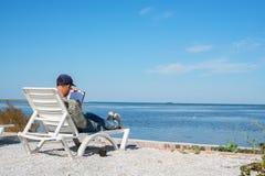 Ο συγγραφέας εργάζεται στην παραλία Στοκ Εικόνες