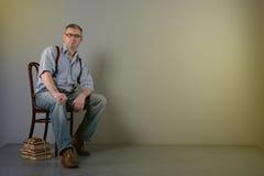 Ο συγγραφέας με τα γυαλιά και suspenders σκέφτεται για την εργασία του Στοκ εικόνα με δικαίωμα ελεύθερης χρήσης