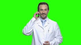 Ο συγκινημένος αρσενικός γιατρός συγχαίρει την κόρη του τηλεφωνικώς φιλμ μικρού μήκους