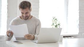 Ο συγκινημένος εορτασμός επιχειρηματιών οδηγεί διαβάζοντας τα έγγραφα, επιστολή απόθεμα βίντεο