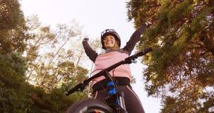 Ο συγκινημένος θηλυκός ποδηλάτης βουνών με τα όπλα απόθεμα βίντεο