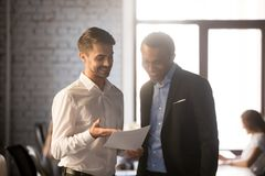 Ο συγκινημένος υπάλληλος παρουσιάζει οικονομικές στατιστικές στον ευτυχή προϊστάμενο στοκ εικόνα