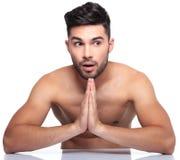 Ο συγκλονισμένος νεαρός άνδρας προσεύχεται στοκ εικόνες