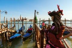 Ο συμμετέχων καρναβαλιού έντυσε στο παραδοσιακό κοστούμι κοντά στο μεγάλο κανάλι στη Βενετία στοκ εικόνες με δικαίωμα ελεύθερης χρήσης