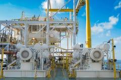 Ο συμπληρωματικοί συμπιεστής και ο ηλεκτρικός κινητήρας αερίου οδηγούν στην παράκτια πλατφόρμα επεξεργασίας πετρελαίου και φυσικο στοκ φωτογραφία με δικαίωμα ελεύθερης χρήσης