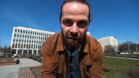 Ο συναισθηματικός γενειοφόρος επιχειρηματίας αποδεικνύει κάτι απόθεμα βίντεο
