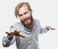 Ο συναισθηματικός επιχειρηματίας τραβά τα χέρια του χώρια, εκφράζοντας την έκπληξη και την απογοήτευση χρυσή ιδιοκτησία βασικών π στοκ φωτογραφία