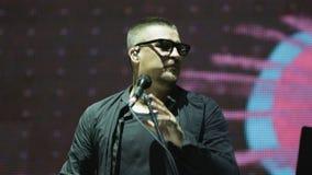 Ο συναισθηματικός τραγουδιστής στα γυαλιά και το μαύρο πουκάμισο τραγουδά το τραγούδι απόθεμα βίντεο