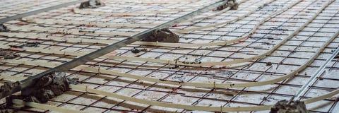 Ο συναρμολογητής σωλήνων τοποθέτησε την underfloor θέρμανση Σύστημα θέρμανσης και ΕΜΒΛΗΜΑ underfloor θέρμανσης, ΜΑΚΡΟΧΡΟΝΙΟ ΣΧΗΜΑ στοκ εικόνα με δικαίωμα ελεύθερης χρήσης