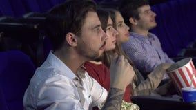 Ο συνεργάτης τέσσερα κάθεται στη πρεμιέρα της ταινίας στον κινηματογράφο φιλμ μικρού μήκους