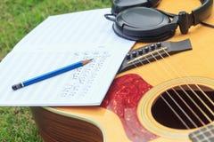 Ο συνθέτης γράφει τη σημείωση της ακουστικής κιθάρας τραγουδιού και χρήσης Στοκ φωτογραφίες με δικαίωμα ελεύθερης χρήσης