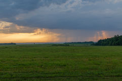 Ο συννεφιάζω ουρανός και ο τομέας Στοκ Φωτογραφίες