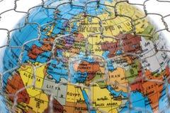 Ο σφαιρικός χάρτης πίσω από έναν φράκτη καλωδίων Στοκ φωτογραφία με δικαίωμα ελεύθερης χρήσης