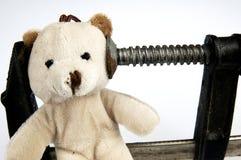 Ο σφιγκτήρας επικεφαλής στο teddy αντέχει το παιχνίδι Στοκ εικόνα με δικαίωμα ελεύθερης χρήσης