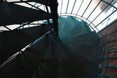 Ο σφυρηλατημένος σίδηρος έστριψε τα σκαλοπάτια με την αντανάκλαση σε έναν τούβλινο τοίχο, εκλεκτική εστίαση Στοκ φωτογραφίες με δικαίωμα ελεύθερης χρήσης
