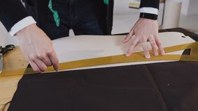 Ο σχεδιαστής μόδας ή ο ράφτης επισύρει την προσοχή μια γραμμή στο ύφασμα στο στούντιο ατελιέ Ανάπτυξη του σκίτσου των ενδυμάτων απόθεμα βίντεο