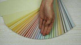 Ο σχεδιαστής παρουσιάζει έναν κατάλογο των χρωμάτων απόθεμα βίντεο