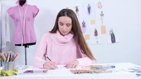 Ο σχεδιαστής σύρει τα σκίτσα για ένα περιοδικό μόδας του ιματισμού γυναικών ` s απόθεμα βίντεο