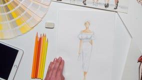 Ο σχεδιαστής δημιουργεί ένα σκίτσο χρησιμοποιώντας τα χρώματα για το περιοδικό κλείστε επάνω Χρονικό σφάλμα φιλμ μικρού μήκους