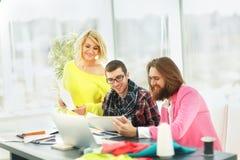 ο σχεδιαστής και η ομάδα του εργάζονται στα νέα μοντέλα στην ενδυμασία Στοκ φωτογραφία με δικαίωμα ελεύθερης χρήσης