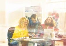 ο σχεδιαστής και η ομάδα του εργάζονται στα νέα μοντέλα στην ενδυμασία Στοκ φωτογραφίες με δικαίωμα ελεύθερης χρήσης