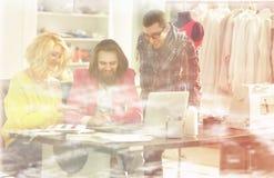 ο σχεδιαστής και η ομάδα του εργάζονται στα νέα μοντέλα στην ενδυμασία Στοκ Εικόνα