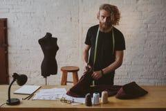 Ο σχεδιαστής που εργάζεται σε νέο ντύνει στο στούντιο στοκ φωτογραφίες με δικαίωμα ελεύθερης χρήσης