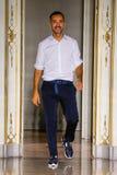 Ο σχεδιαστής Andrea Incontri περπατά το διάδρομο κατά τη διάρκεια της επίδειξης μόδας της Andrea Incontri Στοκ Εικόνα