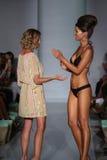 Ο σχεδιαστής Mia Marcelle και ο πρότυπος διάδρομος περιπάτων στους σχεδιαστές κολυμπούν την ενδυμασία στην παρουσίαση μόδας της M Στοκ Εικόνες