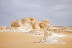 ο σχηματισμός της Αιγύπτου ερήμων λικνίζει το λευκό Στοκ φωτογραφία με δικαίωμα ελεύθερης χρήσης