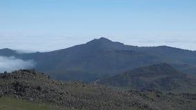 Ο σχηματισμός των σύννεφων στα βουνά των βόρειων Ουραλίων απόθεμα βίντεο