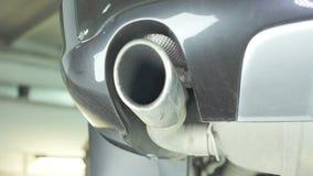 Ο σωλήνας εξάτμισης του αυτοκινήτου, η κατώτατη άποψη φιλμ μικρού μήκους