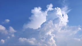Ο σωρείτης και cirrus θα μπορούσαν μπλε στο συμπαθητικό ουρανών Στοκ Εικόνες