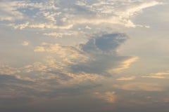 Ο σωρείτης καλύπτει τον ουρανό πρωινού υποβάθρου στοκ εικόνες με δικαίωμα ελεύθερης χρήσης