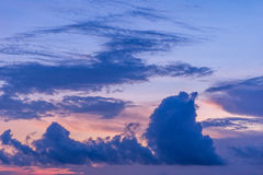 Ο σωρείτης ουρανού λυκόφατος καλύπτει τα υπόβαθρα στοκ εικόνες