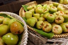 Ο σωρός πολλοί αυξήθηκε μήλο στην αγορά Στοκ φωτογραφία με δικαίωμα ελεύθερης χρήσης