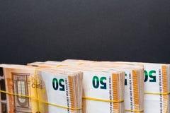 Ο σωρός 50 πραγματικού ευρώ σημειώνει 50 ευρο- τραπεζογραμμάτια κάτω από τη λαστιχένια ζώνη που απομονώνεται στο Μαύρο Περίπου 20 στοκ εικόνα με δικαίωμα ελεύθερης χρήσης