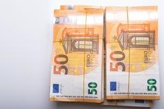 Ο σωρός 50 πραγματικού ευρώ σημειώνει 50 ευρο- τραπεζογραμμάτια κάτω από τη λαστιχένια ζώνη που απομονώνεται στο λευκό Περίπου 20 στοκ εικόνες
